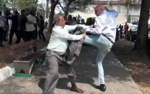 Orlando Gutiérrez Boronat tira patadas frente a la embajada de Cuba en Panamá.
