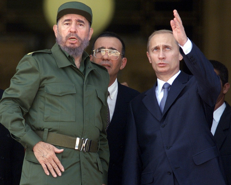 Russian President Vladimir Putin (R) and Cuban leader Fidel Castro gesture as they chat at the top of the steps of Havana's Palace of the Revolution during Putin's official welcoming ceremony December 14, 2000. Putin arrived last night to begin a four day official visit to Cuba, the first by a Russian leader since the collapse of the Soviet Union. REUTERS/Andrew Winning